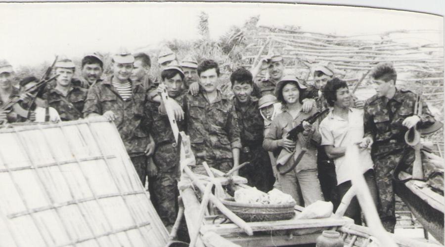 Неприкасаемые По сути, нашим войскам во Вьетнаме почти ничего не угрожало. Американское командование наложило запрет на обстрел советских судов — это, простите, могло привести к вполне реальной Третьей мировой войне. Специалисты СССР могли работать без страха, но фактически на территории Вьетнама столкнулись две мощные военно-экономические машины — США и Советский Союз.