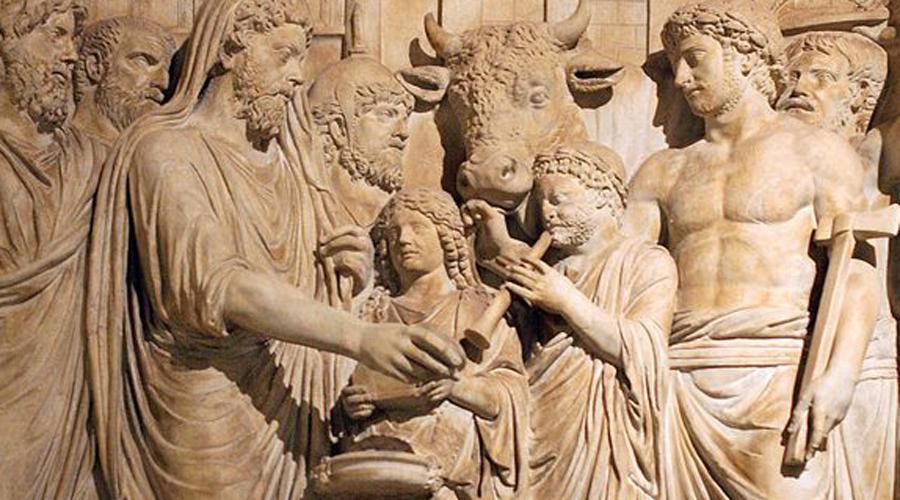 Запрет на оплакивание Похороны знатных римских патрициев обычно превращались в настоящее действо. Покойного проносили по всему городу, процессию возглавлял глашатай и группа музыкантов, позади шли плакальщицы — чем больше денег было у семьи, тем больше плакальщиц нанимали. Спустя какое-то время Сенату даже пришлось принять отдельный закон, полностью запрещающий рыдать на похоронах: обилие бьющихся в истерике женщин приводило в ужас всех горожан.