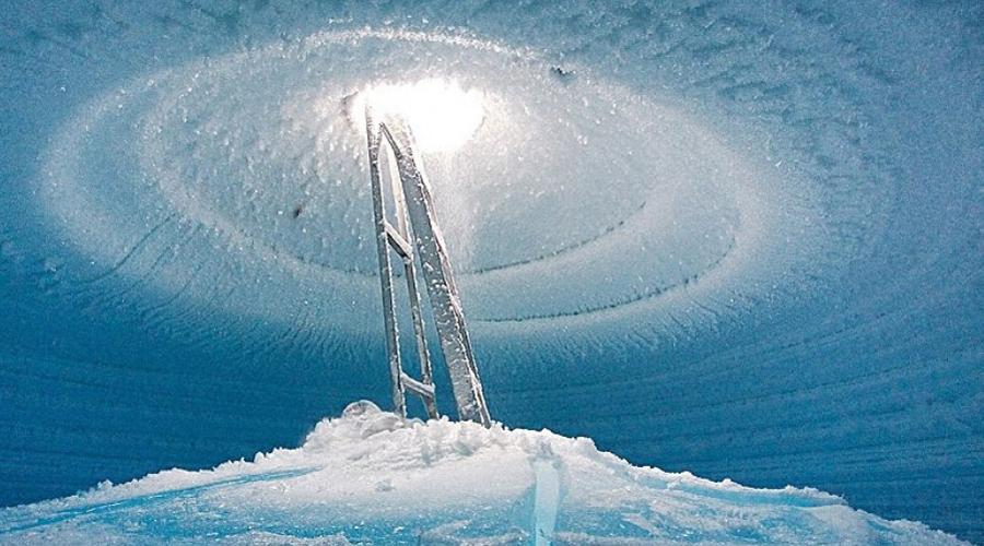 Озеро под ледником Исследователи пробурили отверстие глубиной в 700 метров на леднике Росса, под которым обнаружилось подземное озеро. Поразительно, но толстый слой льда, где никогда не бывало света, скрывал настоящий заповедник: небольшие рыбки, медузы и анемоны.