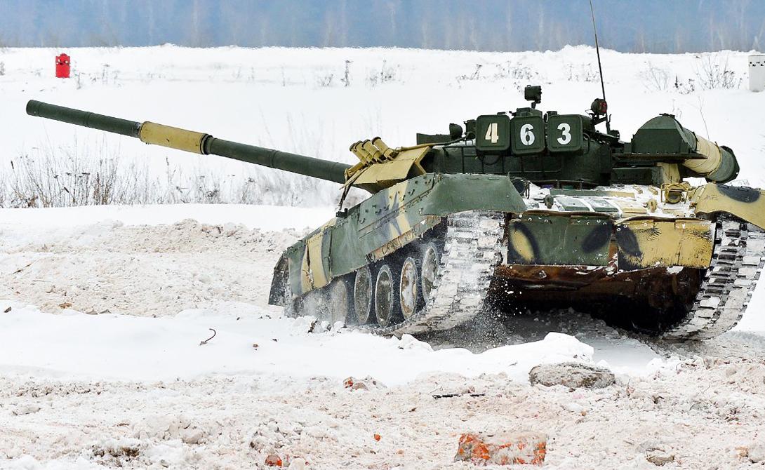 Т-80У Официально модель считается глубокой модификацией танка прошлого поколения, Т-80. На деле же эксперты полагают эту машину вполне самостоятельной моделью: здесь стоит одна из самых современных систем управления огнем и существенно доработанная защита —динамическая в том числе.