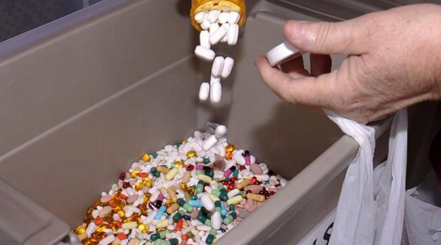 Просроченные лекарства Лекарства из дома выкидываются в последнюю очередь, даже просроченные. Логичного объяснения этому явлению нет: совершенно нерационально рассчитывать на благотворное влияние таблеток, выпущенных еще при ваших родителях. Опаснее всего полагаться на обезболивающие, употребление которых может привести к совершенно непредсказуемым результатам.