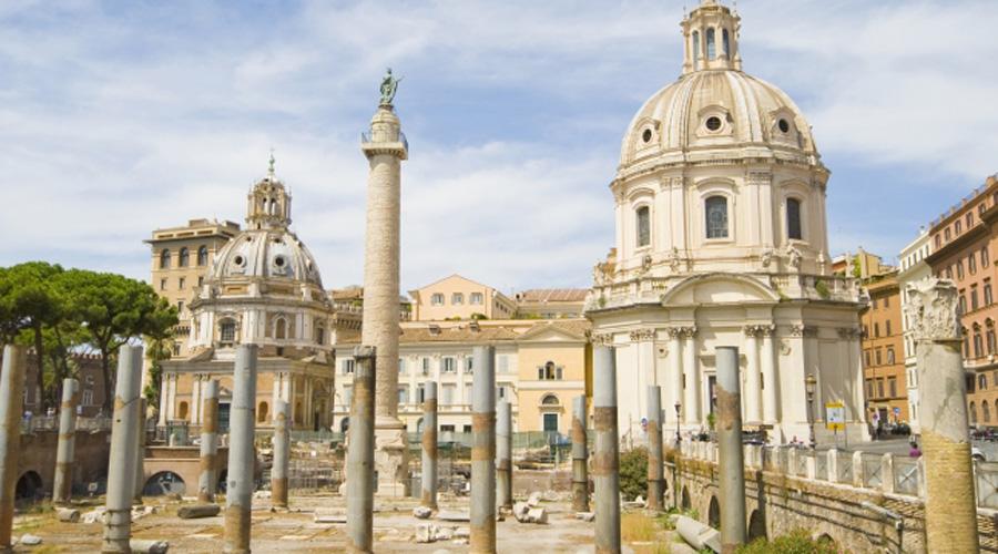 Библиотеки Траянского форума Примерно в 112 г. до н.э. император Траян возвел в центре Рима прекрасный новый форум, где расположились рынки, обширные площади и религиозные храмы. Кроме того, здесь же воздвигли здание одной из самых знаменитых библиотек Римской империи. Книгохранилище делилось на две секции: в одной хранились произведения на латыни, в другой —на греческом языке. Библиотека просуществовала более 300 лет.
