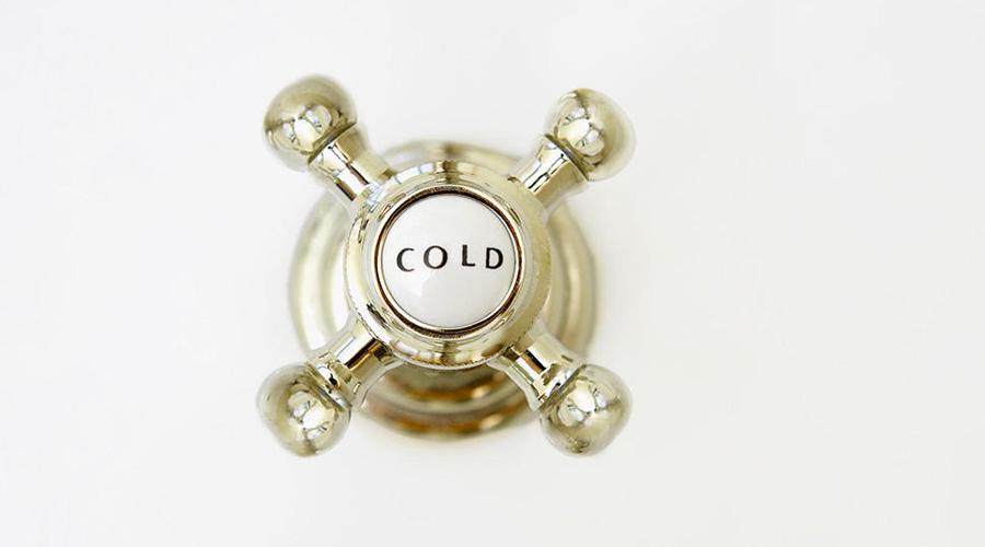 Концентрация Первый холодный душ буквально сбивает с ног. Вы напрягаетесь, ждете, терпите — когда же закончится эта пытка. Невозможно думать ни о чем, кроме «ХОЛОДНЫЙ ДУШ». Первые 15 секунд тянутся как вечность. А вот затем начинается кое-что интересное: фокус внимания смещается на конкретные ощущения. Холод воспринимается просто как обычное явление, дыхание восстанавливается, расслабляются мышцы. Отсутствие мыслей в голове помогает понять, как же на самом деле чувствует себя тело. И это состояние сосредоточенности сохраняется и после душа — уже в конце семидневного марафона вы будете выходить из воды спокойным и собранным.
