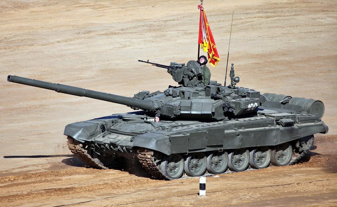Т-90 «Владимир» В 1992 году танк под маркировкой Т-90 был принят на вооружение, а уже в 2006 подвергся глубокой модернизации и получил новый индекс: Т-90А. Тепловизор, усиленная броня корпуса и башни, стабилизатор орудия (125-миллиметровая пушка), два пулемета и тысячесильный двигатель.