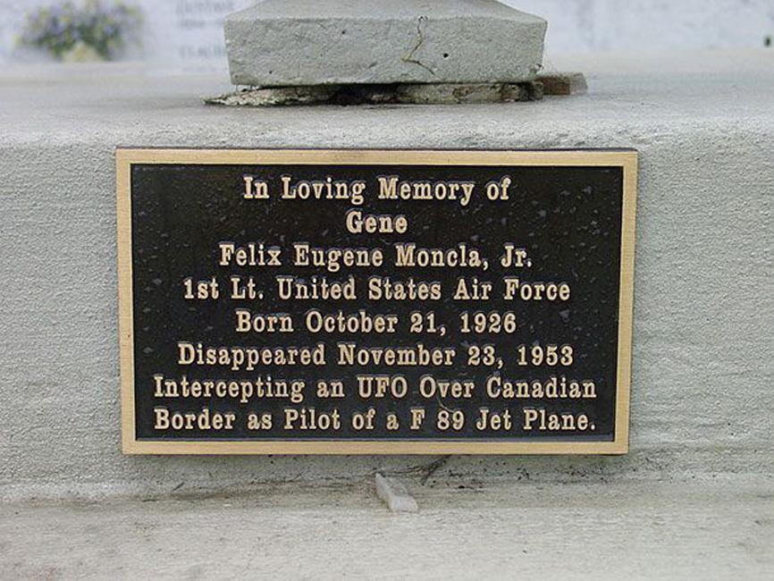 Феликс Монкла В ноябре 1953 года Феликс Монкла, пилот ВВС США, поднялся в небо на перехват странного объекта, появившегося у озера Супериор. Радар показал, как самолет Феликса вплотную сходится с объектом, а затем исчезает. НЛО в одиночестве отправилось к северу от базы, а никаких следов Монкла или обломков самолета найдено не было.