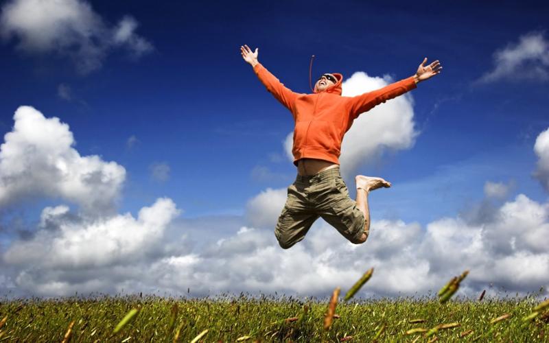 Ощущение счастья Разные исследования показывают, что люди, привыкшие рано вставать по утрам, чувствуют себя более счастливыми. В течение дня у них вырабатывается на 15% больше сератонина. Предположительно это связано с воздействием утреннего солнца, которое влияет на настроение. В целом, жаворонки больше удовлетворены своей жизнью.