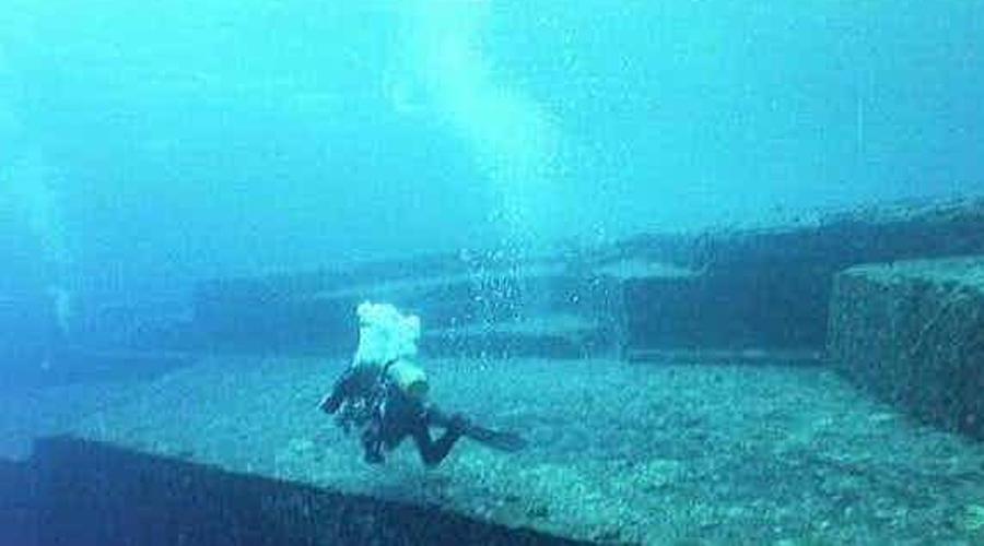Памятник Йонагуни В 1987 году дайвер Кихачиро Аратаке, искавший акул, спустился в воду на южном побережье Японии. Вместо хищных рыб изумленный дайвер обнаружил величественные монолитные плиты, явно антропогенного происхождения. Изучением глубоководного монумента сейчас занимается группа исследователей из Университета Рюкюса. Руководитель группы, Масааки Кимура, уже выдвинул несколько довольно смелых предположений, согласно которым камни Йонагуни были построены еще полмиллиона лет назад. Но кем?
