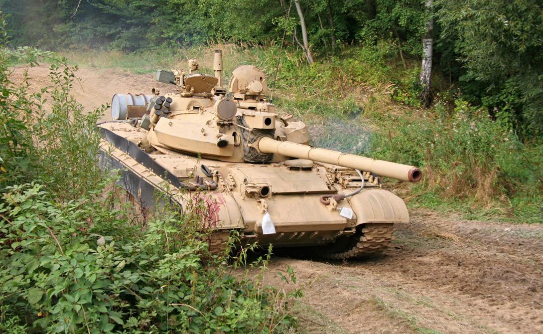 T-55 Впервые разработанный в середине 1950-х годов T-55 имеет 100-мм пушку и развивает максимальную скорость примерно в 52 км/ч. За прошедшие годы танк неоднократно модернизировался, а сейчас официально с вооружения снят. Однако в резерве стоят еще примерно 2 800 готовых к бою машин.