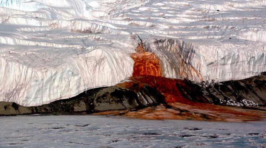 Кровавый водопад Поток кроваво-красной жидкости бьет из ледника Тейлора. На самом деле, никакой крови тут конечно нет, а необычный цвет воде обеспечивает высокое содержание меди. Источником воды является озеро за несколько километров от водопада, полностью покрытое льдом.