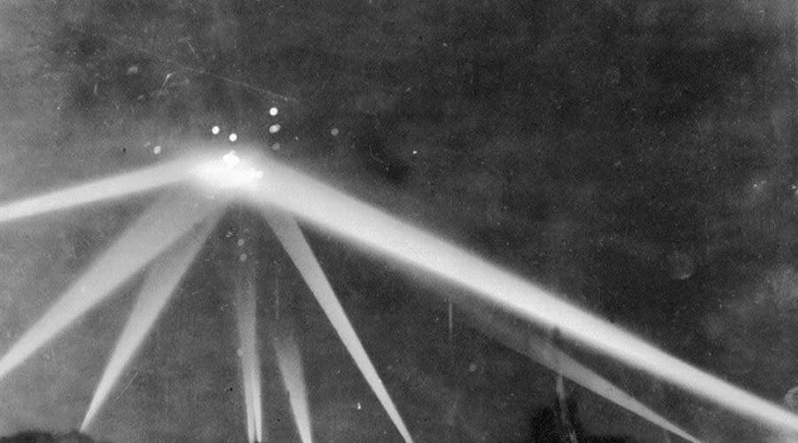 Битва за Лос-Анджелес Ночь 25 февраля 1942 года запомнилась жителям Лос-Анджелеса навсегда. Да и как можно забыть сражение служб ПВО с инопланетянами? Крупные оранжевые шары летали по всему побережью Тихого океана, их видели в Калвер-Сити и Санта-Моники. По объектам над Лос-Анджелесом ПВО выпустили полторы тысячи снарядов — массовое помешательство такого масштаба? Вряд ли.