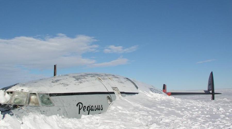 Обломки самолета На борту самолета, пропавшего 11 сентября 2013 года, находились трое канадцев. Обломки обнаружили лишь недавно на склоне Маунт-Элизабет. Скорее всего, самолет врезался в гору по вине пилота, не заметившего снежную вершину.