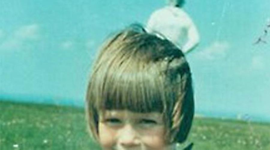 Солуэйский космонавт Во второй половине дня 23 мая 1964 года сотрудник кумбрийской пожарной службы Джим Темплтон фотографировал свою жену и дочь в парке Солвей-Ферт. На следующий день Темплтон пошел проявлять снимки в салон «Кодак», где вместе с сотрудником ужаснулся странной фигуре в космическом костюме, появившейся на снимке из ниоткуда. Фотографию тщательно изучили химики «Кодак» и признали ее реальной. Не меньше внимания снимку уделили и в полиции — объяснения не нашлось и у них. Джим Темплтон умер в 2011 году, так и не узнав истину о своем «Космическом спутнике». Изображение остается одним из самых загадочных в истории аномальной фотографии.