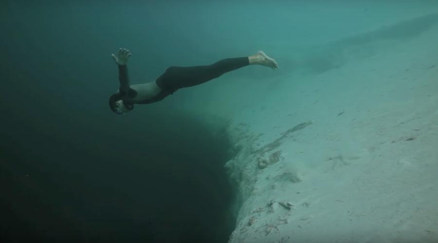 Пугающая глубина На самом деле, большинство людей даже не задумывается над тем, что скрывает толща воды. Черт с ними, с акулами, вы только посмотрите на эту фотографию — парень оказался на краю подводного обрыва, ведущего в неизведанные глубины. Да там хоть Ктулху может жить, кто его знает!