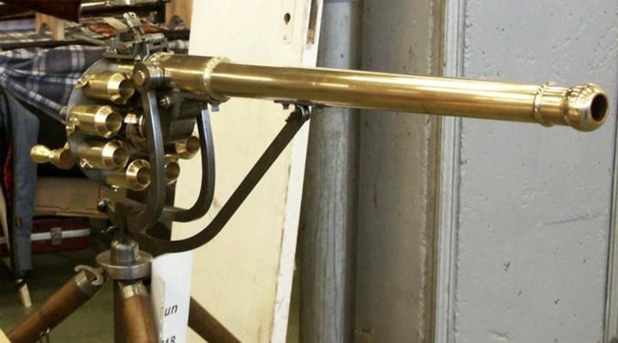 Воинственный юрист 17 мая 1718 года в патентном бюро Лондона появился самый обычный юрист. Джеймс Пакл принес нотариусу чертежи адской машины, скромно именованной «Ружьем Пакла». Вот это-то ружье и считается сегодня первым прообразом настоящего скорострельного пулемета.