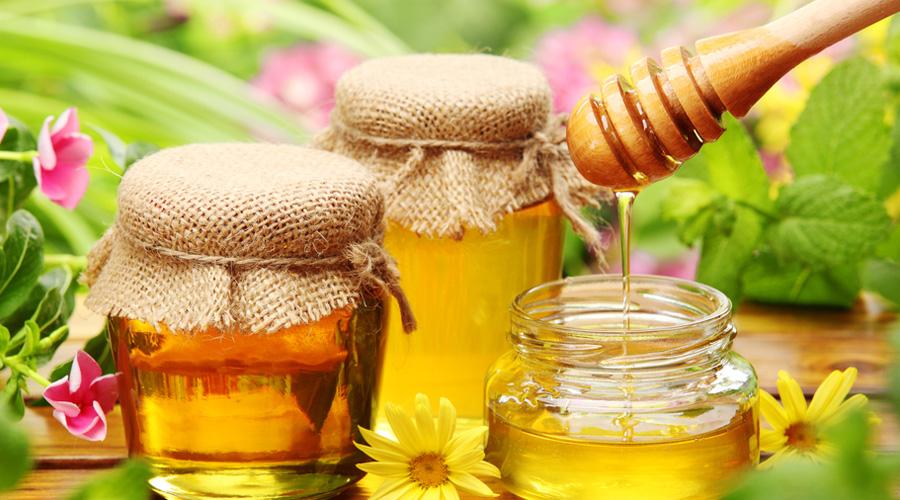 Мед Мед обладает антибактериальными, противовоспалительными и антисептическими свойствами. Стоит вообще отказаться от сахара и заменить его медом — он способствует улучшению функций печени и очищает кровь от токсинов.