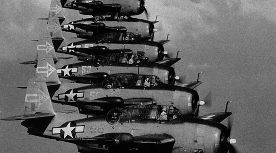 Flight 19 В декабре 1945 года группа из пяти истребителей US Navy Avenger с позывным Flight 19 вылетела на обычную тренировку по ориентированию на местности. Спустя какое-то время командир отделения с изумлением понял, что не может вернуться на базу — чем больше они искали землю, тем дальше уходили в открытый океан. В последнем сообщении (связь с базой сохранялась все время) командир принял решение сажать самолеты на воду из-за нехватки топлива. Больше Flight 19 никто никогда не видел.