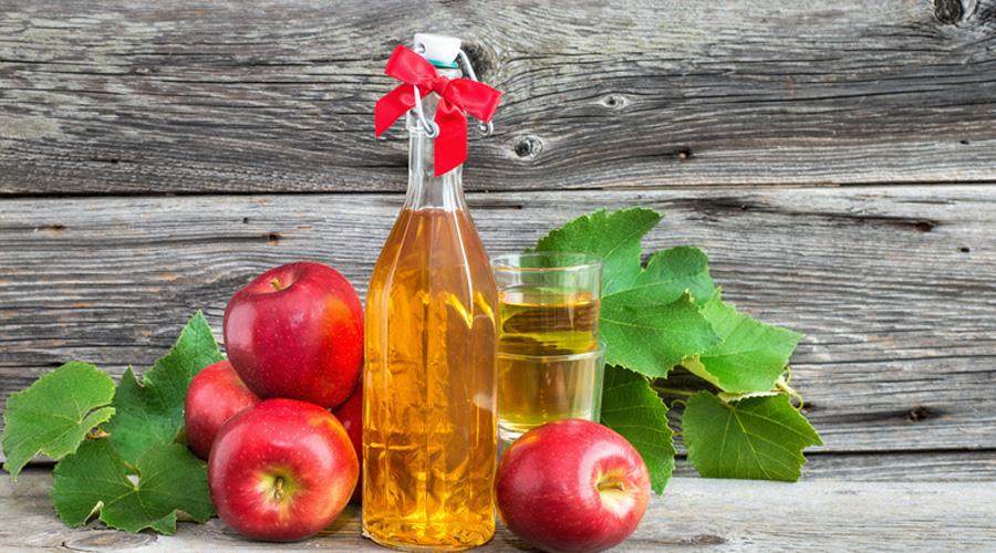 Яблочный уксус Один из лучших природных антисептиков. Особенно полезно принимать яблочный уксус любителям жирной и сладкой пищи: это средство способно значительно снизить уровень холестерина в крови.