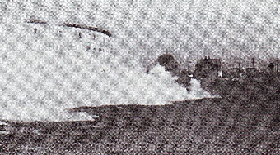 Крылатая смерть Итак, настала пора первых испытаний. В 1943 году американцы не поленились выстроить в пустыне полноразмерную, традиционную японскую деревню. Отряд летучих мышей откозырял напоследок командному составу и ринулся в бой. Все прошло как по маслу: удивленные проверяющие (и торжествующий Литл С. Адамс) наблюдали, как ошалевшие после спячки камикадзе бегут прятаться под крыши — пожар уничтожил деревню до основания.