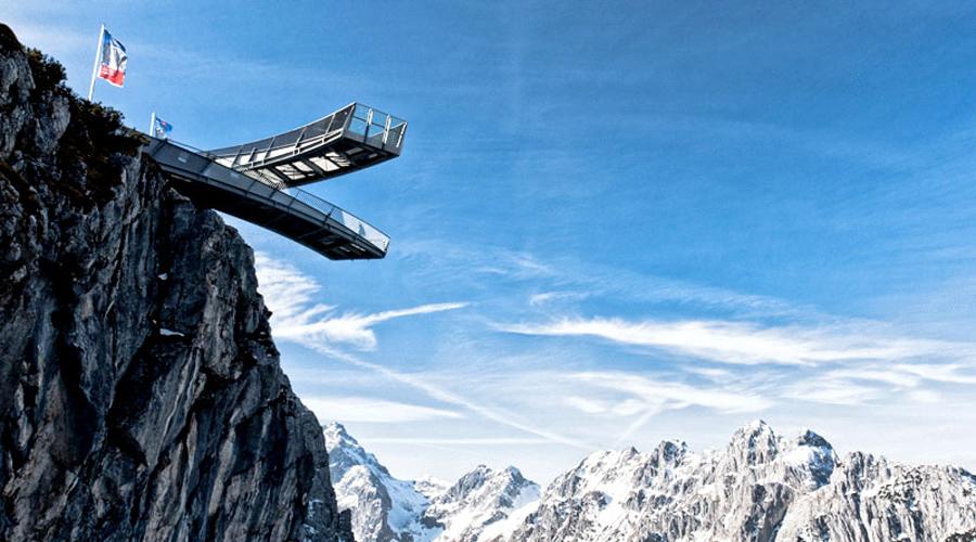 Обзорная площадка Альпспикс Площадка представляет собой два скрещенных помоста. Длина каждого превышает 24 метра, они выступают над километровой пропастью.