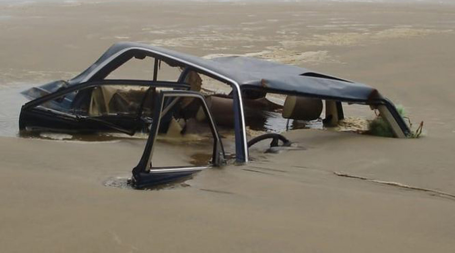Автомобиль А на пляже Новой Зеландии как-то утром местные жители увидели погрязший в песке автомобиль. Выкапывать его, конечно, никто не стал и на следующий день старинный Mercedes унесло обратно в океан.