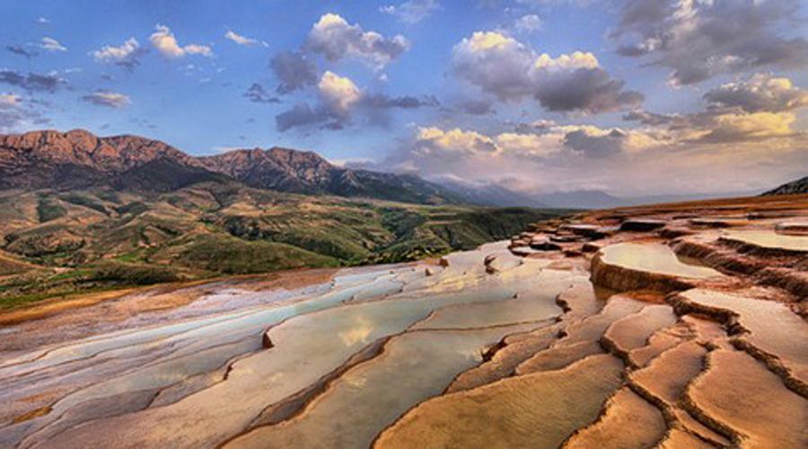 Badab-e Surt Иран Оранжевые цвета травертиновых образований обусловлены большой концентрацией оксида железа. Благодаря двум минеральным горячим источникам, которые находятся там, это местечко обладает множеством удивительных лечебных свойств.
