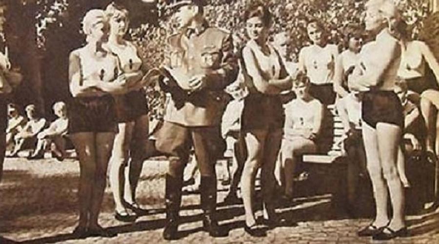 Источник жизни Амбициозная программа по созданию сверхчеловека получила название Lebensborn, источник жизни. По замыслу кураторов, генетически чистые немки назначались в партнеры высшим офицерам СС. Так адепты национального единства собирались получить идеальных детей — славное будущее Третьего Рейха.