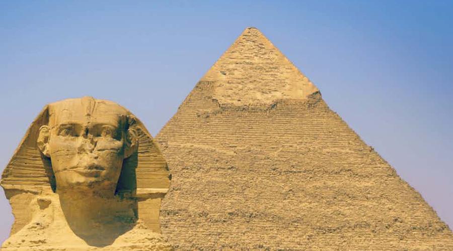 Незавершенный шедевр Но кто бы ни начал эту постройку, закончить замысел он не успел. Американский археолог, Марк Леннер, обнаружил неподалеку скрытую пещеру, где хранились большие камни и строительные инструменты. Судя по всему, сфинкс должен был стать лишь центральной фигурой огромного скульптурного полотна.