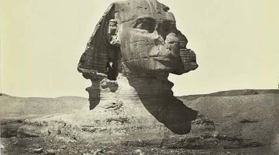 Сражение с пустыней С момента постройки Сфинкс погружался в пески. Пустыня пыталась поглотить великую статую и людям пришлось приложить немало усилий, чтобы отвоевать ей место под солнцем.