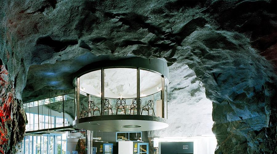 Бункер «Пионен» Еще одно детище холодной войны, бункер «Пионен» построили в Стокгольме для защиты правительства от возможного ядерного удара. Затем уютное местечко выкупил концерн Bahnhof и устроил под землей самый защищенный в мире дата-центр.