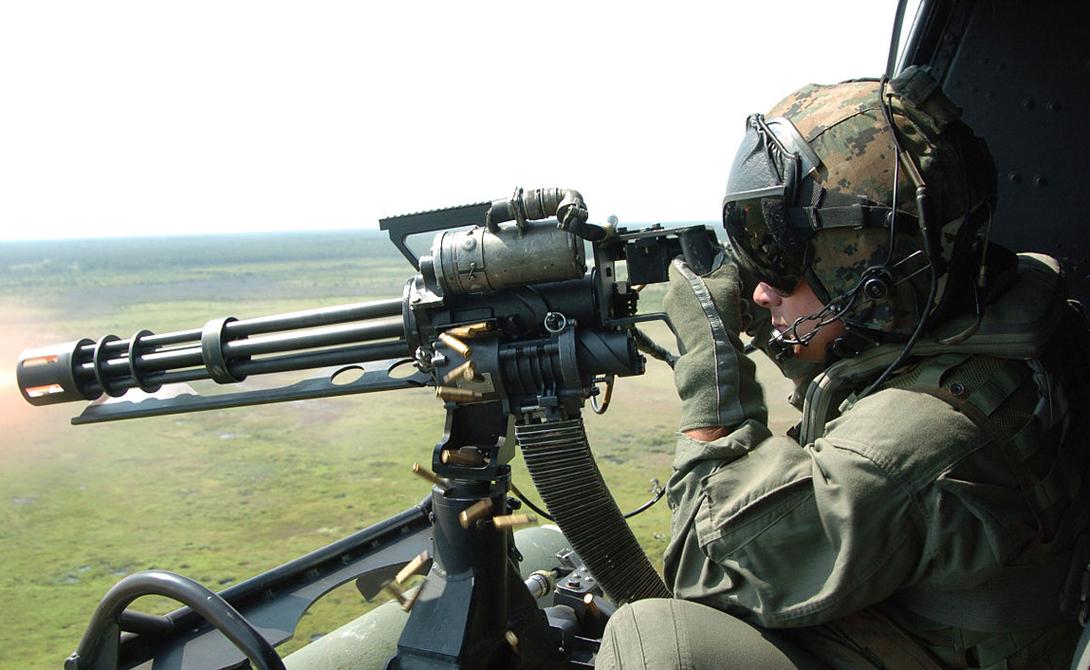 M134 Minigun Авиационный пулемет M134 Minigun калибра 7,62 мм стал ярким символом войны во Вьетнаме. Эффективная скорострельность этой пушки достигала 4000 выстрелов в минуту — настоящая мясорубка.