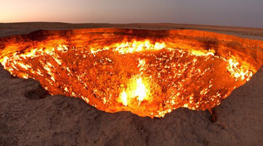Дверь в ад Туркменистан Дарвазский газовый кратер, также известный как «Дверь в ад» или «Врата ада», представляет собой углубление, образовавшееся в 1971 после взрыва метана. Газ горит уже почти сорок лет.