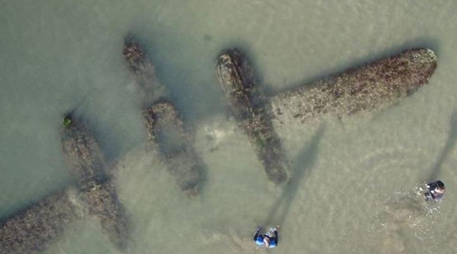 Военный самолет Вторая мировая война закончилась уже очень давно, но эхо боев будет преследовать человечество еще очень долго. Технику тех времен время от времени находят в очень странных местах. К примеру, в прошлом году на пляж Уэльса вынесло огромный бомбардировщик P-38 Lightning.