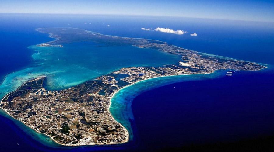 Каймановы острова Каймановы острова так же прекрасны, как и небезопасны. Большой Кайман так и вовсе прозвали «мировой столицей ураганов»: каждые два года практически все жилье на острове сносится сильнейшими тропическими штормами.