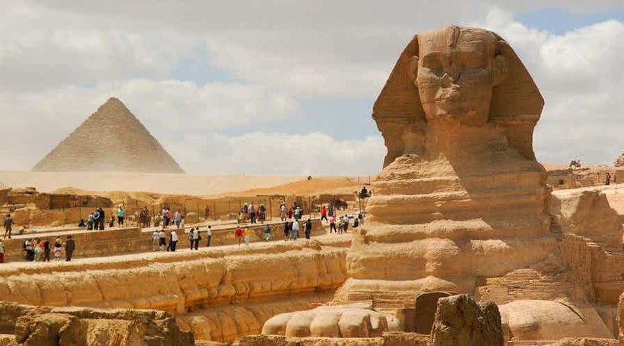 Разные имена За свою долгую историю памятник сменил массу имен. Примерно в 1400 году до нашей эры статую называли «Монументом великого Хепри». Потом появилось прозвище «Горем-Акхет», а сами египтяне называют его «balhib» или «bilhaw».