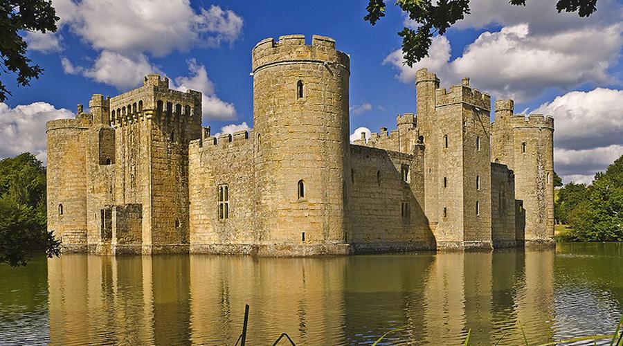 Замок Бодиам Стоящий на озере замок будто сошел со страниц классической книги сказок. Построили его еще в XIV веке, но сегодня содержание такого замка обходится очень дорого и теперь в стенах его обитают разве что привидения.