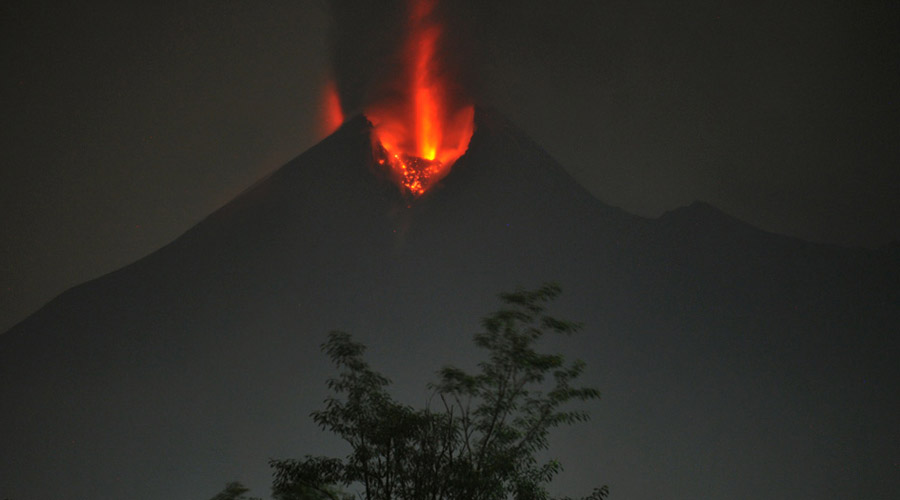 Мерапи Индонезия Это самый большой вулкан в Индонезии. Хуже всего, что еще и действующий. В 1974 году внезапное извержение стоило жизни сотням жителей окружающих поселков, а в 2010 властям пришлось эвакуировать целых 450 тысяч человек.