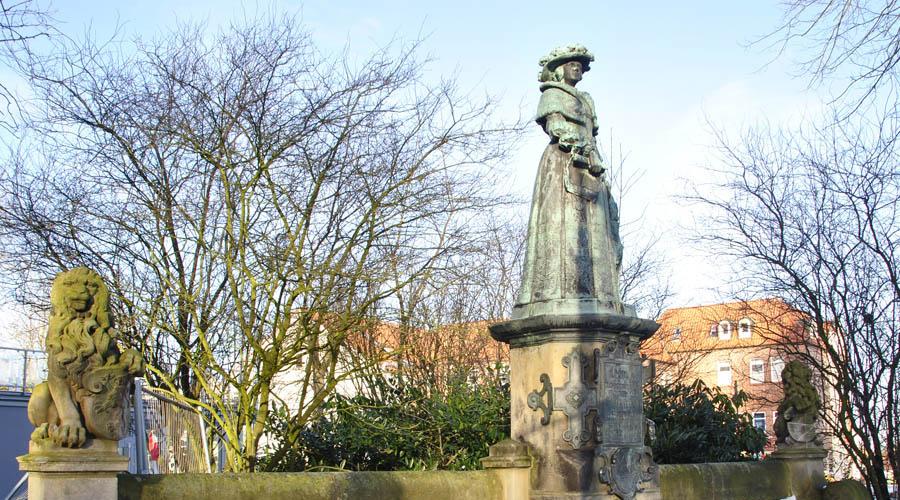 Имперская земля Германия Небольшой немецкий городок Йевер унаследовала в 1793 году Екатерина II. Почти десять лет спустя «имперский надел» занял Наполеон. Уже в 1813 Йевер вновь вернулся под протекторат Российской империи, но в 1818 Александр I отдал город Ольденбургам. Зачем — непонятно.