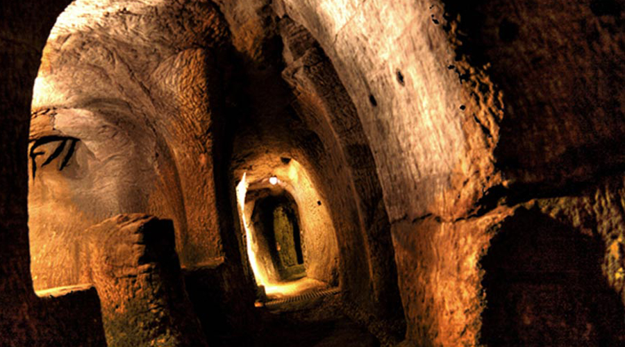 Внезапное открытие Первый посвященный тоннелям научный труд выпустил немецкий археолог и доктор наук Генрих Кущ. Его книга «Тайны подземной двери в древний мир» произвела эффект разорвавшейся бомбы в научном сообществе. Что уж там, немец подвергся поначалу реальной травле: сложно поверить в существование каких-то там секретных подземных тоннелей, о которых никто никогда не слышал.