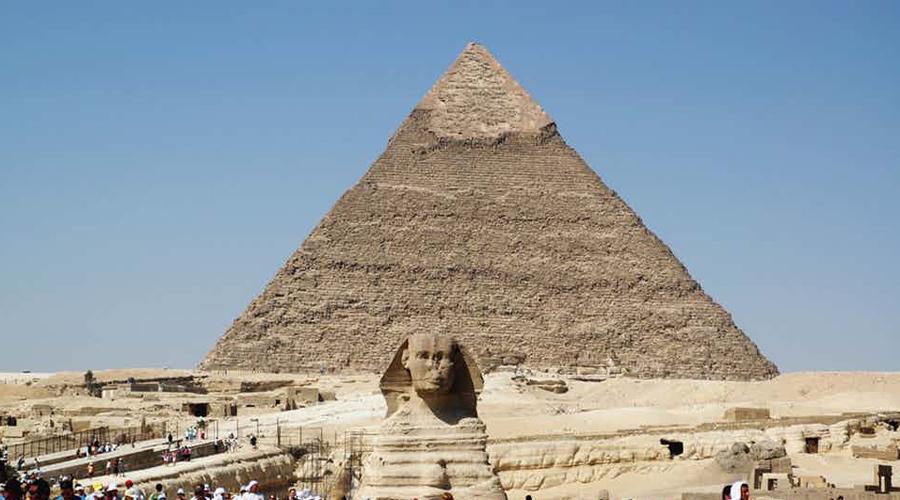 Астрономический сфинкс Американский археолог Марк Леннер считает, что египетский сфинкс и пирамиды Гизы были построены поклонниками солярного культа, пытавшимися таким образом получить энергию. Современные астрономы на такие заявления только крутят у виска пальцем, но при этом не могут внятно ответить, каким образом древние египтяне сумели расположить сфинкса в упорядоченную систему с пирамидами Гизы, долиной Нила, созвездиями Льва и Ориона. Да и как египтянам удалось выровнять монумент ровно по центру Млечного пути тоже не совсем ясно.