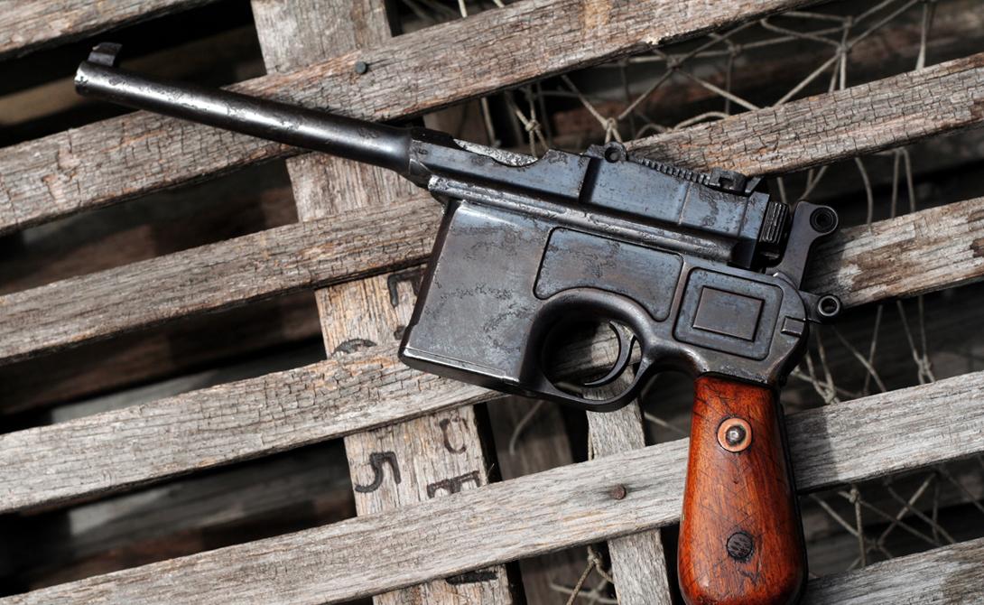 Mauser C96 Странно, но разработка 1896 года пользовалась успехом даже в начале Второй мировой войны. Четкий, эффективный, безотказный «Маузер» не попал на вооружение ни в одну армию: офицеры со всего мира покупали пистолеты за свои деньги, предпочитая менять деньги на собственную кровь.