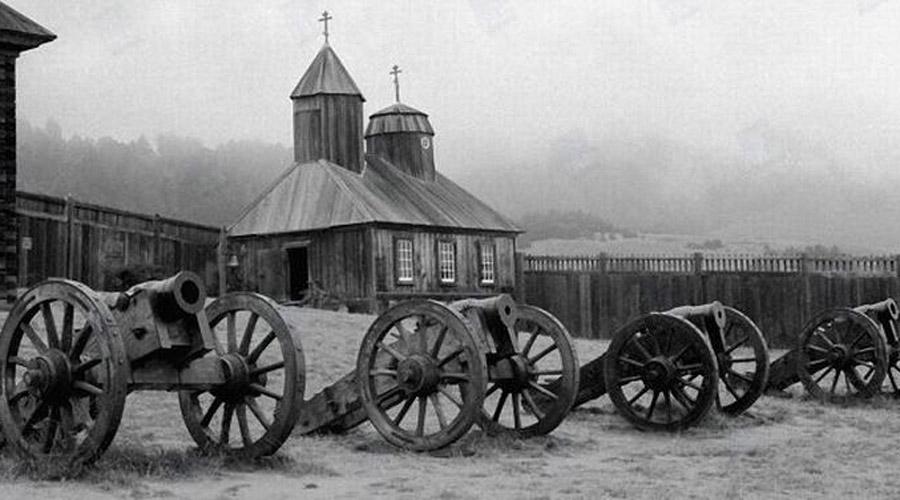 Форт-Росс Америка Русские колонисты в компании пары сотен алеутов основали крепость Форт-Росс в 1812 году. Всего в 80 километрах от Сан-Франциско появилась земля обетованная: поселенцы умудрились засеять обширные сады, а индейцы свято блюли договор и потому крепость не трогали вовсе. Однако Российско-американская компания гналась за длинной деньгой, Форт-Росс же был предприятием убыточным. В 1841 году всю крепость взяли и продали американскому дельцу, Джону Саттеру.