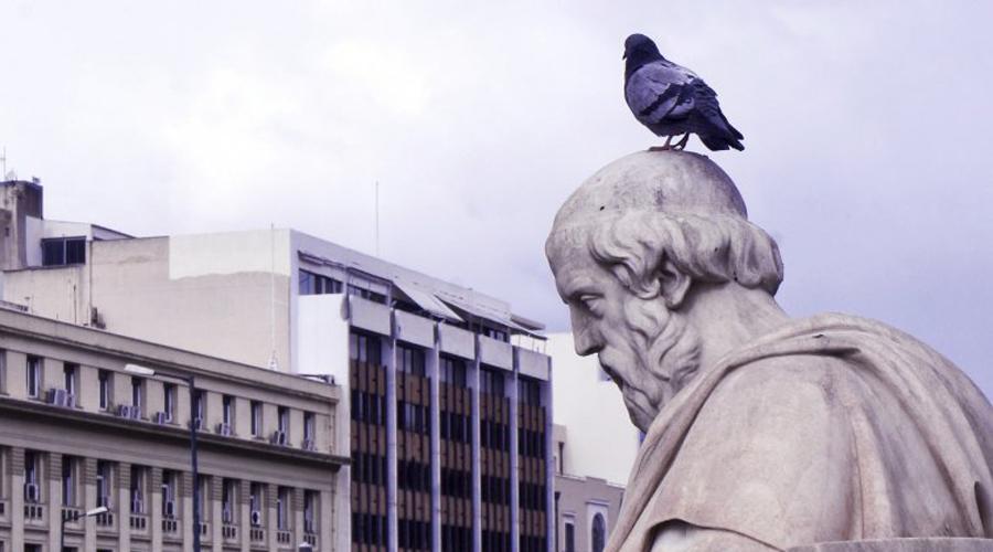 Платоновская Атлантида Впервые об Атлантиде рассказал древнегреческий философ Платон: в его диалоге «Тимей», написанном еще в 360 году до Р.Х., Атлантида описана как огромный континент, почти в половину Африки размером. По Платону, континент был разделен на царства-конфедерации, обладающие невероятной силой. Философ пишет, что воинственность атлантов пришлась богам не по вкусу и континент погрузился в морскую пучину по их велению.