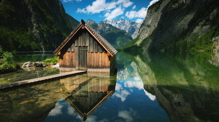 Хижина рыбака Национальный парк «Берхтесгаден» — гордость Германии. Территория в 250 квадратных километров выглядит будто гимн природе: озера, горы и крохотная рыбацкая избушка, выстроенная на высоком плато.