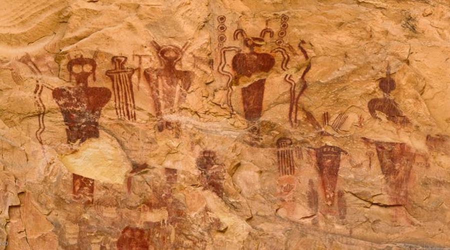Наскальные рисунки Существуют сотни необъяснимых наскальных рисунков в пещерах по всему миру. Прекрасный пример, подтверждающий палеоконтакт, расположен в районе Сего Каньона, штат Юта. Ученые датируют местные рисунки еще 5000 годом до н.э. Между тем изображены здесь непохожие ни на что странные существа с большими телами и огромными головами и глазами, которые спустились с небес, чтобы создать свои племена. Эта же история повторяется по всему миру, от Китая до Европы.