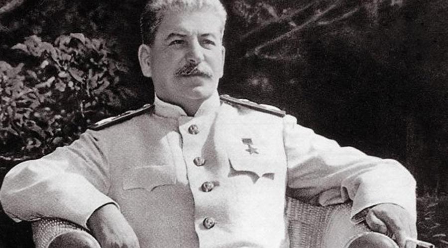 Справедливость Один из профессоров МГУ построил после войны себе дачу за очень большие деньги. Узнав об этом, Сталин пригласил его на приватный разговор. В конце беседы он поинтересовался у профессора, правдивы ли слухи. Тот ответил — мол да, все верно. Тогда Сталин и говорит: «Спасибо вам от детского дома, которому вы эту дачу подарили!». И сослал профессора в Новосибирск преподавать.