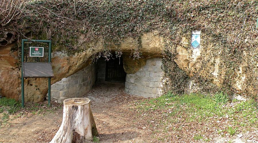 Первобытные тайны Однако, с фактами не поспоришь: тоннели были обнаружены и частью исследованы независимыми экспертными командами. Радиоуглеродный анализ показал, что первые подземные дороги появились еще во время неолита, то есть примерно 5000 лет назад. Самые «свежие» тоннели проходят под Чехией и предположительно ведут до самой Австрии — они были построены уже в эпоху средневековья.