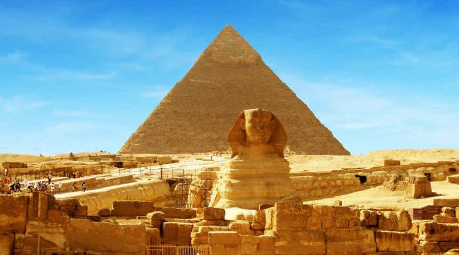 Сфинксопоклонники По легенде, фараон Тутмос заснул у лап сфинкса и пережил религиозное откровение. С этого момента статуя стала предметом культа, который жив и сегодня. Конечно, почитателей монумента не так уж и много, но они есть.