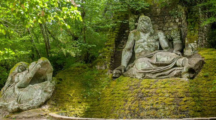 Сады Бомарцо Италия Сады Бомарцо, также известные как «Парк Монстров», это парк, созданный в XVI веке в провинции Витербо, Италия. Такую скульптурную группу придумал и воплотил в жизнь Франческо Орсини в память о безвременно погибшей супруге.