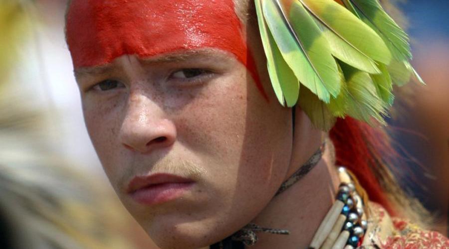 Убийство индейцами Интересно, что знаменитый исследователь Джон Смит еще в 1609 году сумел получить признание местного племенного вождя, Пухатана. Он взял на себя ответственность за судьбу колонистов: по словам Пухатана, он и его воины напали на поселок ночью и вырезали всех до единого. Вот только индеец так и не смог внятно объяснить, куда делись тела и почему не пострадал форт.