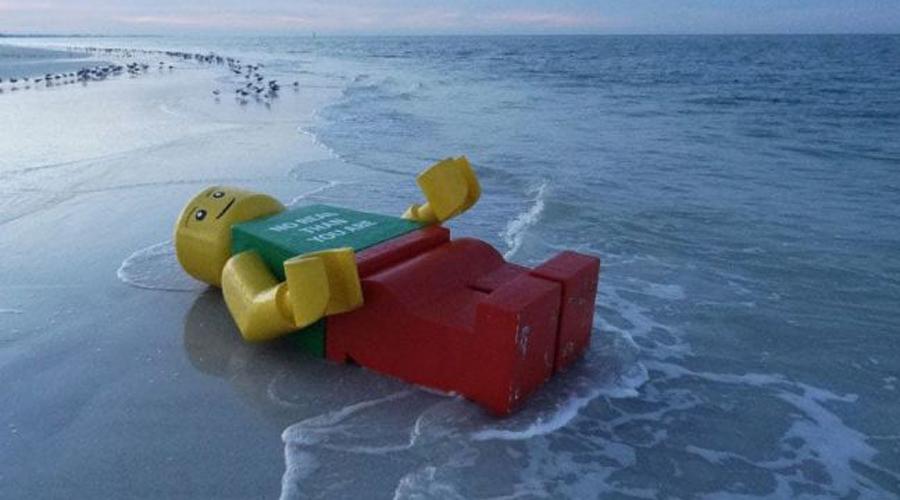 Деталь конструктора В 2011 году жители Майами решили было, что сошли с ума. На одном из отдаленных пляжей они увидели гигантского человечка из конструктора LEGO.